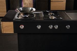 Genuss mit Gaggenau: Die Koch-Unit bilden ein Gas-Wok und das Gas-Kochfeld aus der Vario Kochgeräteserie 400, ein Tepan Yaki und zwei Muldenlüftungen aus der Serie 400. © Michael Liebert