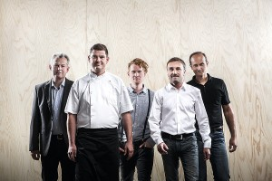 Das Vooking-Team: Gerhard Spitzbart (Tischler), Harald Hochettlinger (Profi-Koch), Stefan Radinger (Möbeldesigner, Team7), Mario Zeppetzauer (Industrial Designer, formquadrat), Stefan Degn (Industrial Designer, formquadrat) (v.l.) © Michael Liebert.