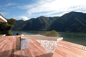 Massiv & filigran: Der Design-Tisch aus Naturstein und mit asymmetrischem Acrylfuß punktet mit Optik, Haptik und Specials. © JUMA/JUMA EXCLUSIVE