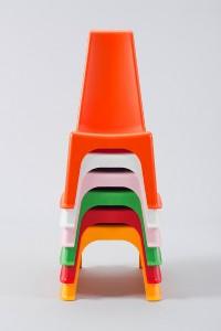 Der kunterbunte, robuste Stuhl lässt sich ganz einfach stapeln. © LÖFFLER GmbH
