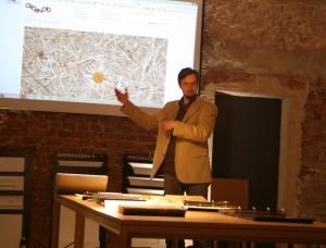 Martin Jehart, GF der Organoid® Technologies GmbH, präsentierte die organischen Oberflächen. © WOHNDESIGNERS
