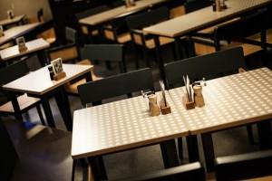 """Urige Gemütlichkeit im Erdgeschoss: Die """"li-lith""""-Sessel sind ungepolstert, die Sitzfläche der Bänke ist mit 4 mm starkem Blankleder belegt. © ACTS/shm"""