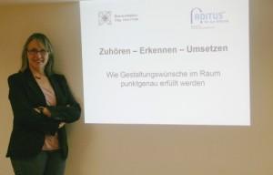 """Startschuss für den Lehrgang """"projekt ['le:bəns] RAUM"""": Mag. arch. Irene Pollak, Lehrgangsleiterin, gab vorab einen spannenden Einblick. © WOHNDESIGNERS"""