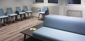 """Dezent, elegant, entspannt: Der KFF-Stuhl MAVERICK ist in der Arztpraxis """"Zentrum Sehstärke"""" eingezogen. © KFF"""