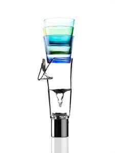 """Glass by ECAL / Jordane Vernet. Bei """"Glass"""" von Jordane Vernet bietet der Konus oberhalb des Auslaufs eine Möglichkeit Wassergläser zu stapeln – angenehm und praktisch zugleich. © ECAL / Axel Crettenand"""