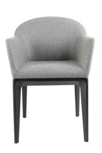 Stuhl der Vitória Collection von NWW mit Armlehnen und Loden-Bezug. © Neue Wiener Werkstätte