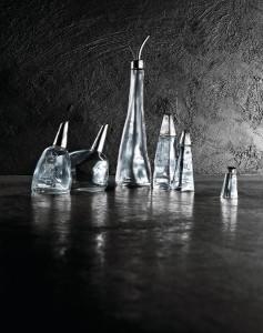 Schicker Look: Öl- und Essigflasche, Salz-, Pfeffer-, Gewürz- oder Zuckerstreuer - Alle sechs Kreationen sind aus Glas und Edelstahl gefertigt. © Alessi