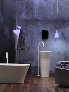 Skulpturales Ensemble: Freistehende Badewanne und Waschbecken aus dem Programm Handmade. © Falper