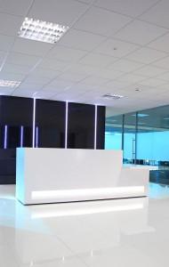 Minimalistisch mit maximalem Effekt: Die neue Blok Tresen-Kollektion setzt auf rechte Winkel und eine klare Formensprache. © isomi