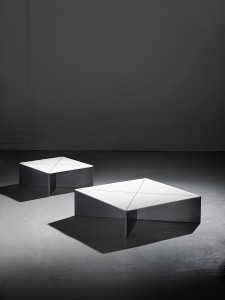 Passend zum Sitzmöbel präsentiert Isomi den neuen quadratischen Fold Coffee Table. © isomi