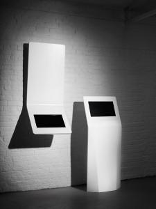 Die Slim Media Units sorgen für elegante Inszenierungen. Die Media-Möbel fertigt Rosskopf + Partner als freistehende Variante oder zur Montage an der Wand. © isomi