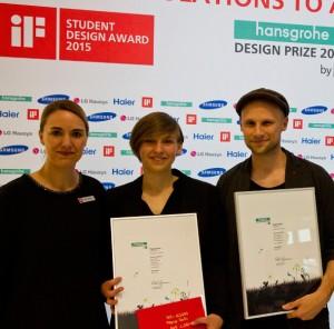 """Petra Kerker von iF gratuliert Jenny Gebler (M.) und Marian Massegg zum Gewinn für ihren Beitrag """"Popup Bath"""". © iF"""