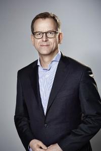 """Stefan von Terzi, Marketing Direktor Zumtobel, freut sich u.a. über den """"Red Dot: Best of the Best award"""" für """"SEQUENCE"""". © Zumtobel"""
