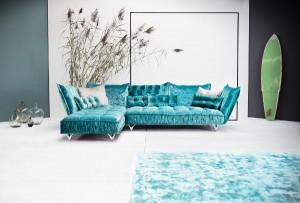 Frech und peppig, spiegeln die Polstermöbel das pralle Leben wider – wie das ausgezeichnete Sofa OHLINDA. © Bretz