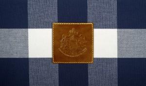 Raffiniertes Detail: Die Insignien aus geprägtem Leder, die Hästens als Königlichen Hoflieferanten auszeichnet. © Hästens