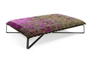 """Das Relaxmöbel zieren zu Matratzen und Kissen umgearbeitete Teppiche der """"Erased Heritage""""-Kollektion. © Jan Kath"""