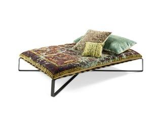 Ein filigran wirkendes Untergestell trägt die massive Matratze. Das Teppich-Bett scheint zu schweben. © Jan Kath
