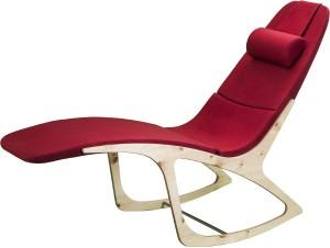 Entspannung pur: Als Lounger lädt mySensation, hier die Kombination aus rotem Loden und und geölter Zirbe – zum liegenden Relaxen. © mySensation
