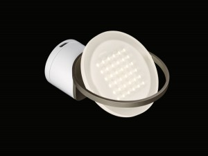 Die Wandleuchte RIM R 36 erweitert die Deckenleuchten-Serie RIM R von Nimbus. Highlight: Der LED-Leuchtkörper scheint in dem filigranen Ringelement zu schweben. © Frank Ockert