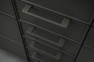 Zwei formschöne Griff-Varianten mit unterschiedlichem Charakter betonen die filigrane Ästhetik der SE 3003 R oder setzen spannende Kontraste. © SieMatic