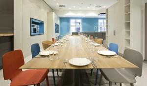 Auf 300 m2 warten exklusive Küchen sowie eine Aktivküche und eine Tafel für 16 Personen. © Oliver Ottenschläger