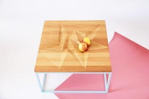 """Das Muster des Beistelltischs """"Modern Batik I"""" mit gefräster Platte ist beides - dekorativ und praktisch. © blickfang/Other Objects"""