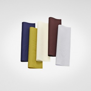 Der Vorhangstoff punktet mit grafischem Muster und in zehn Farbstellungen. © Kvadrat