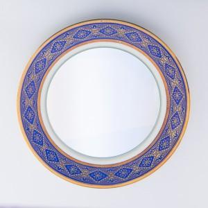 """Handverlesen: Die Teller für die Spiegel der Serie """"MIRA vintage"""" wählt Hechinger selbst aus. © Andreea Săsăran"""