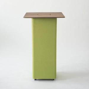 """Die schicke Tischplatte toppt das Möbel. Auf Wunsch kann ein """"Power""""-Fach integriert werden. © Peter Philipp"""