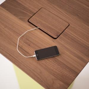 """Mit GIRA Energieversorgungssystem """"inside"""" können Ladegeräte mobiler Geräte versteckt werden. © Peter Philipp"""