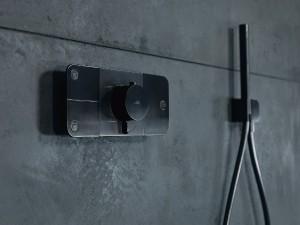 """Mit """"Axor One"""" präsentiert Axor ein neues, interaktives Bedienelement für die Dusche mit Barber & Osgerby. © Axor"""