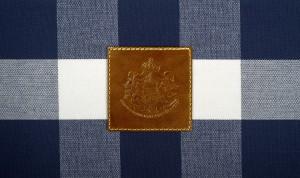 Edel: Insignien aus geprägtem Leder, die Hästens als Königlichen Hoflieferanten auszeichnet, zieren die Limited Edition 2000T. © Hästens