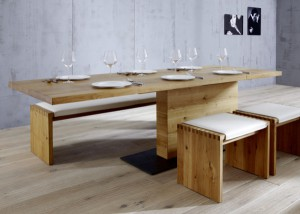 Die gläserne Manufaktur zeigt auch Tisch PAVOS mit Liftfunktion von Schulte Design. © Schulte Design