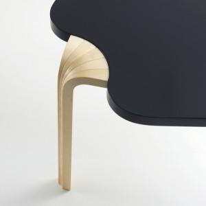 Besonderes Charakteristikum der Maison Louis Carré Tisches sind die fächerförmigen X-Beine sowie der spannende Hell-Dunkel-Kontrast. © Marc Eggimann