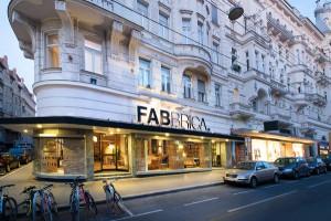 Im Showroom im 9. Bezirk mit loftartigem Flair warten Designmöbel. © FABBRICA