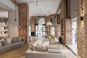 Polstermöbel sind Leidenschaft und Hauptschwerpunkt des Designlabels, dazu werden Tische, Stühle, Leuchten, Teppiche & Co. geboten. © FABBRICA.