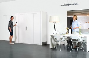 Weltneuheit: KLAFS präsentiert die Sauna S1. In komplett eingefahrenem Zustand ist sie nur 60 cm tief – genau wie ein Schrank. © KLAFS GmbH