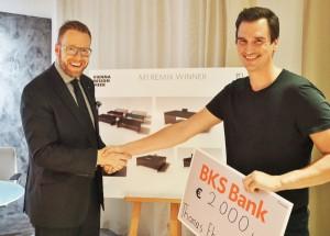 Der Neudoerfler M1 Remix-Award ist vergeben. Neudoerfler-Marketingleiter Mag. Wilfried Lechner gratuliert Gewinner Thomas Ehrenfried. Fotograf: Pictorias