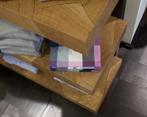 RoHol begeistert mit Hirnholz. Cooles Beispiel: Regal aus RoHol Hirnholz in Eiche als stylische Regallösung in einem Designer-Shop. © RoHol Vertriebs GmbH