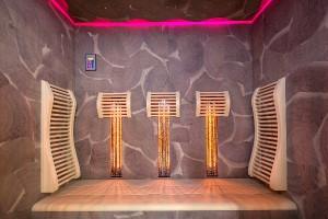Schicke Sauna: RoHol Hirnholz in Amerikanischer Nuss, eingesetzt bei alpha wellness sensations. © alpha wellness sensations