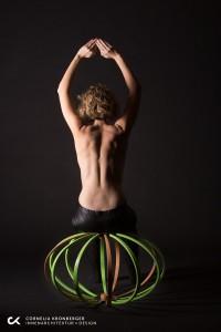 Das stylische Stück, gefertigt von der Tischlerei Hindinger, ist u.a. ein flexibles wie stabiles Sitzmöbel. © Cornelia Kronberger/Foto: Heimo Hamminger