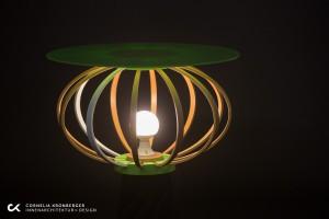 Mit Leuchtmittel und einer Platte, die nur ein- bzw. darauf gesteckt werden, wird der Ripball zu Leuchte und Tisch. © Cornelia Kronberger/Foto: Heimo Hamminger