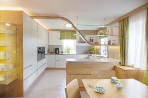 Cornelia Kronberger gestaltete eine moderne, maßgeschneiderte Wohnküche. Kunde: Tischlerei Hindinger/Privat. © Cornelia Kronberger