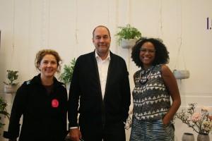 Starkes Trio: Nils Holger Moormann mit Tina Haslinger (blickfang Projektleitung Österreich; l.) und Jennifer Reaves (blickfang GF) auf der blickfang Wien. © WOHNDESIGNERS