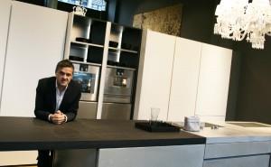 Martin Steininger, Designer und GF, freut sich über die neue Top-Location. © WOHNDESIGNERS