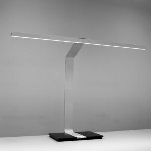 Die Tischleuchte TIGNUM von Zumtobel punktet mit puristischem Design sowie dem LED-Licht, das den Arbeitsplatz gezielt, effizient und blendfrei ausleuchtet. © Zumtobel