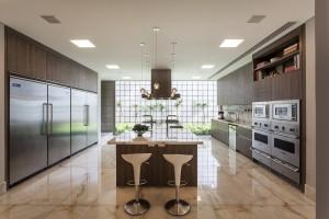 """LEICHT zeigt bei der EuroCucina auf. Ein Highlight: """"Architecture + Kitchen III"""", u.a. mit einer Wohnresidenz, in die João Armentano eine LEICHT Küche integrierte. © Tuca Reinés"""