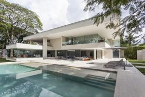 Der brasilianische Architekt plante in die gediegene Residenz eine LEICHT Küche aus dem Programm Orlando ein. © Tuca Reinés