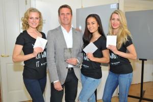 Launch von Dekton® XGloss in Wien: Oliver Reiter (Cosentino-GF Österreich) und Miss-Earth-Models präsentierten die Innovation. © Philipp Hutter