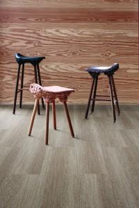 Die umweltfreundlichen Teppichfliesen erzeugen einen raffinierten Holzfußboden-Look. © Interface